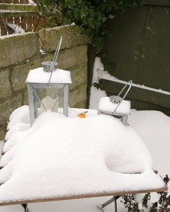 Havebord i sne