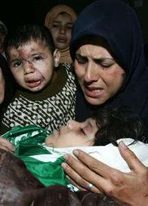 Samera Baalusha græder over liget af sin fire-årige datter